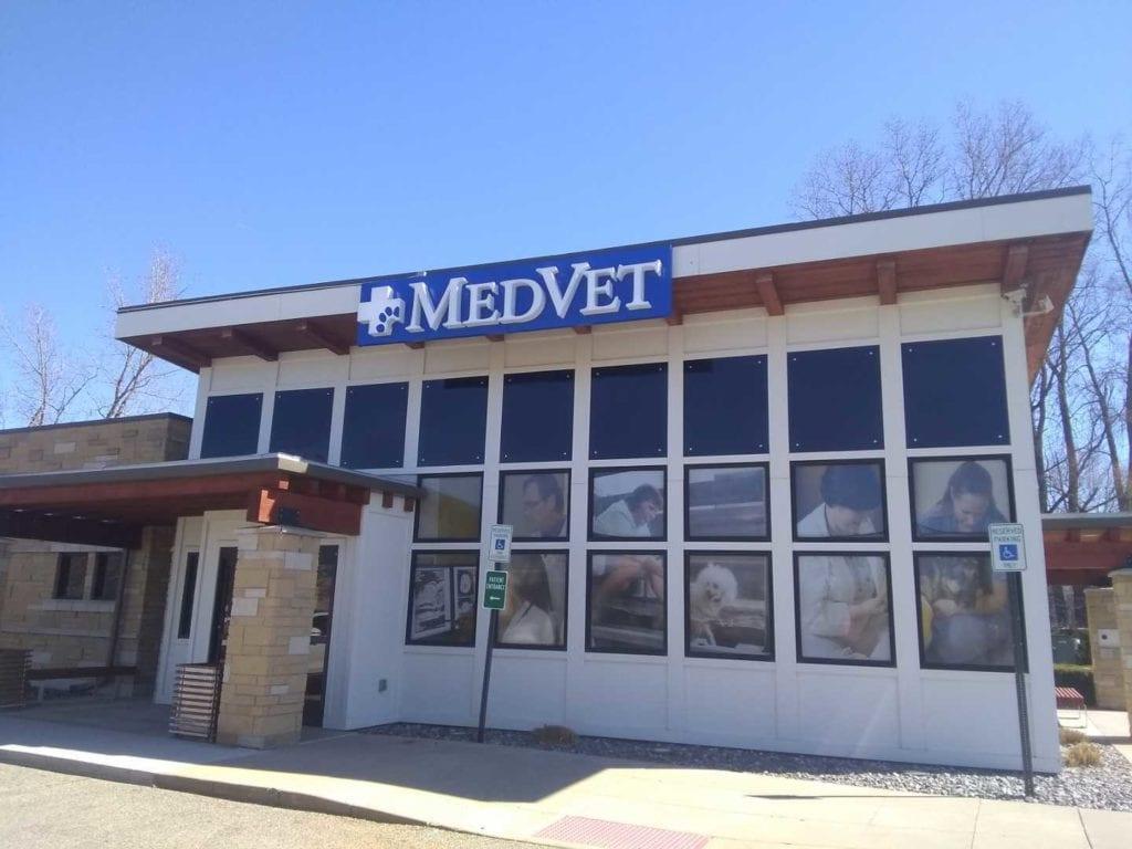 MED VET exterior dimensional sign